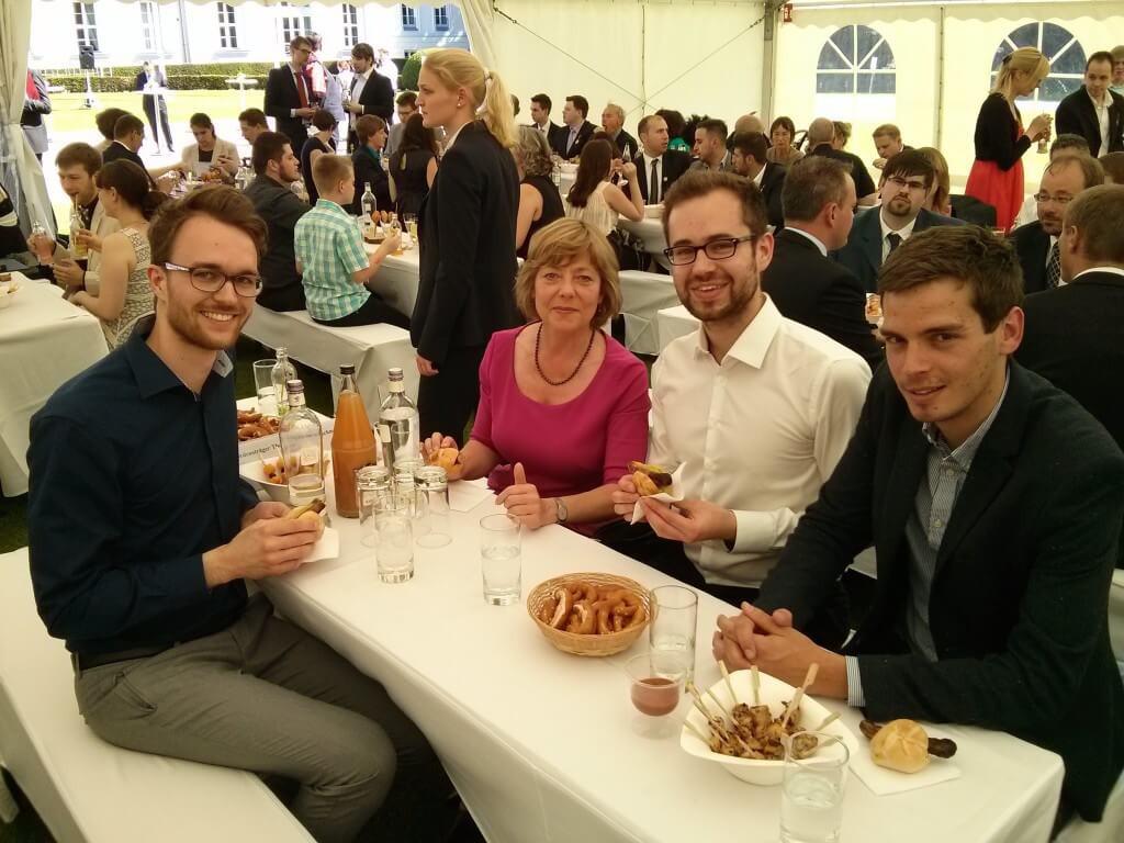 First Lady Daniela Schadt mit Vincent, Gerhard und Malte.